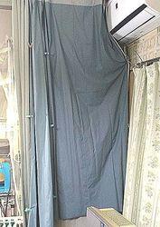 13 社交性カーテンもかけてお休みなさい.jpg